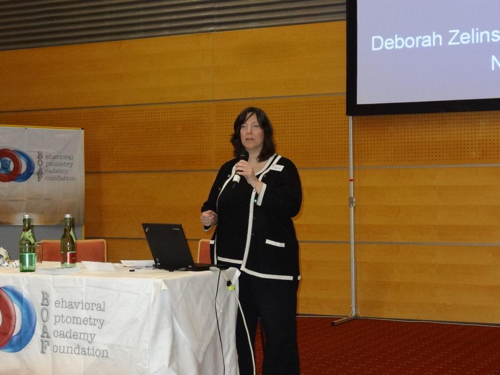 La Dra. Deborah Zelinsky, durante un momento de su intervención 'Impacto visual de las lentes en la neuroplasticidad'