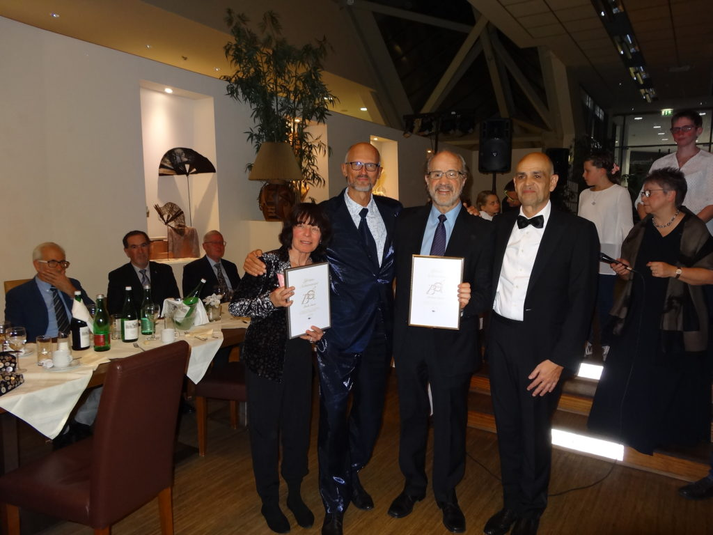Linda y Robert B. Sanet, con sus respectivos premios de manos de Jürgen Eichinger y Stefan Collier, presidente y decano de BOAF respectivamente