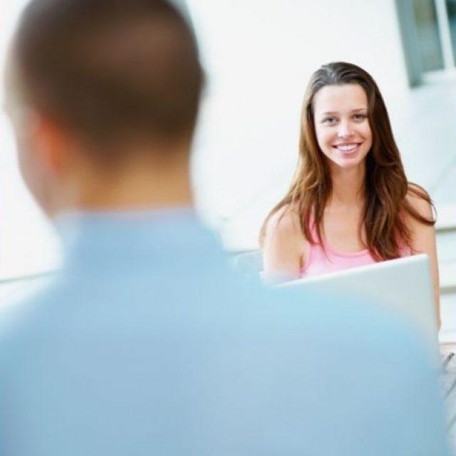 Establecer y romper el contacto visual hace que la conversación sea más atractiva